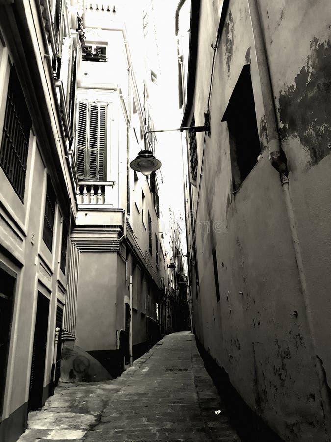 Cart?o por Genoa: uma aleia caracter?stica imagens de stock royalty free
