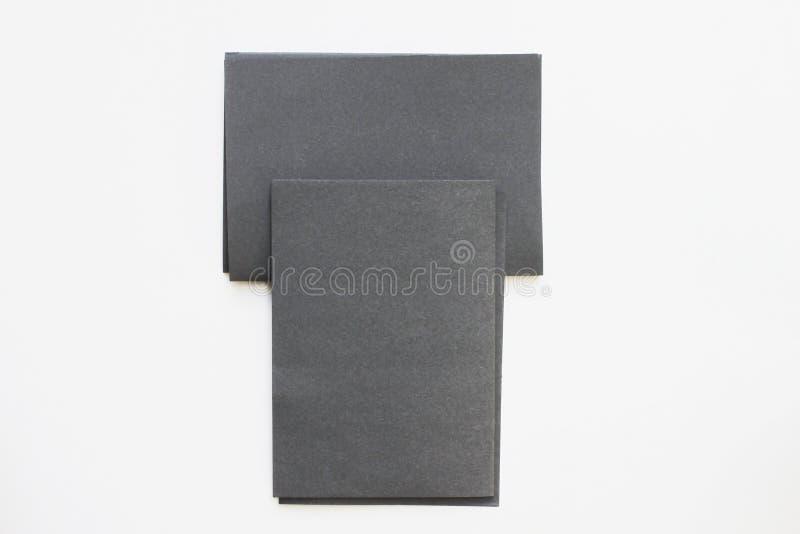 Cartão preto da placa do negócio colocado na vista desktop foto de stock