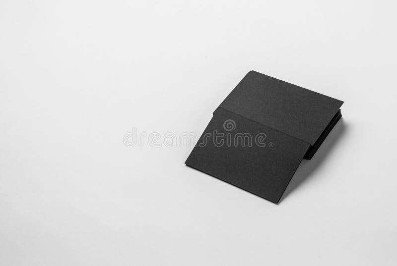 Cartão preto vazio do pacote da identidade corporativa com fundo branco claro imagens de stock