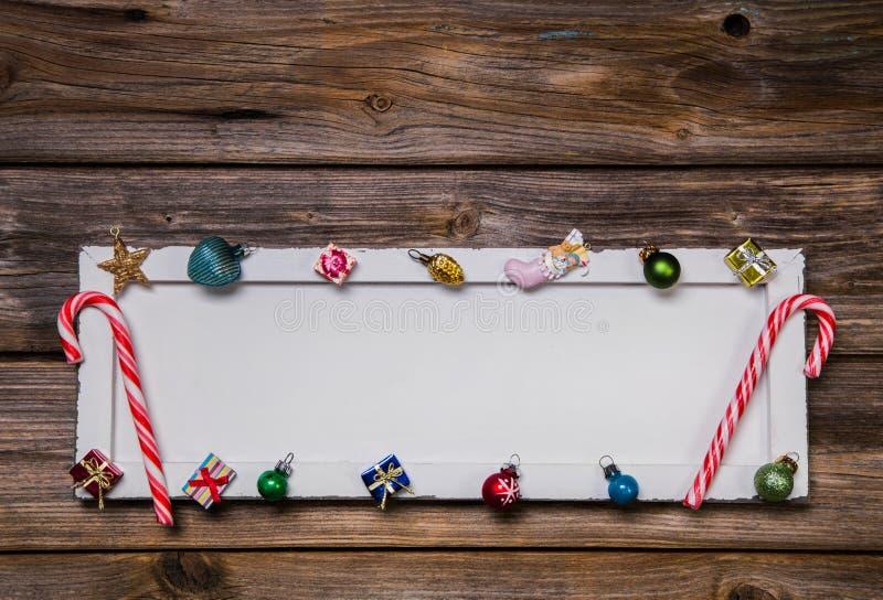 Cartão, quadro ou fundo de madeira colorido de Natal com decorat fotografia de stock