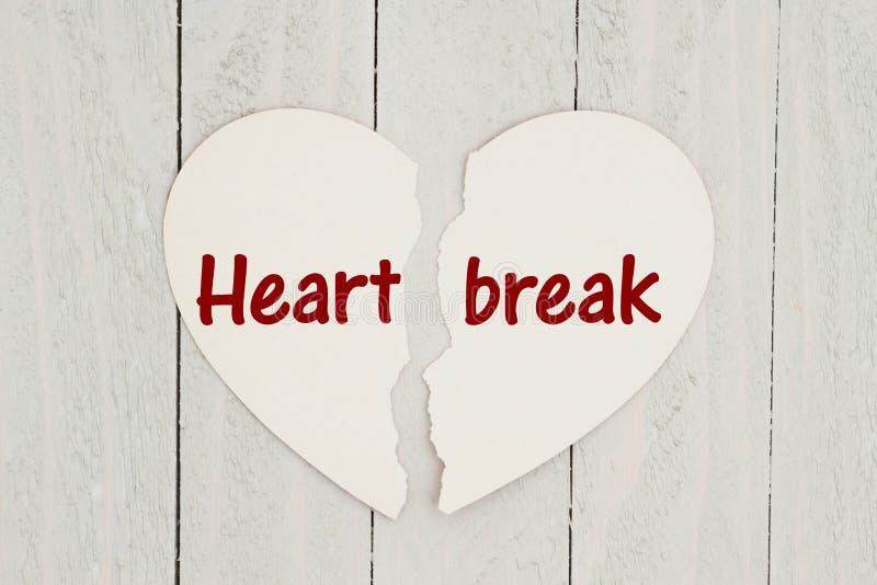 Cartão rasgado da coração-forma no fundo de madeira resistido com texto Hea ilustração stock