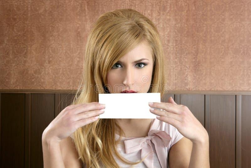Cartão retro bonito do copyspace da mulher nas mãos fotos de stock