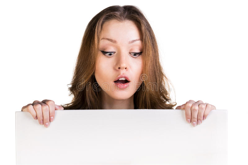 Cartão vazio branco surpreendido da posse da menina foto de stock
