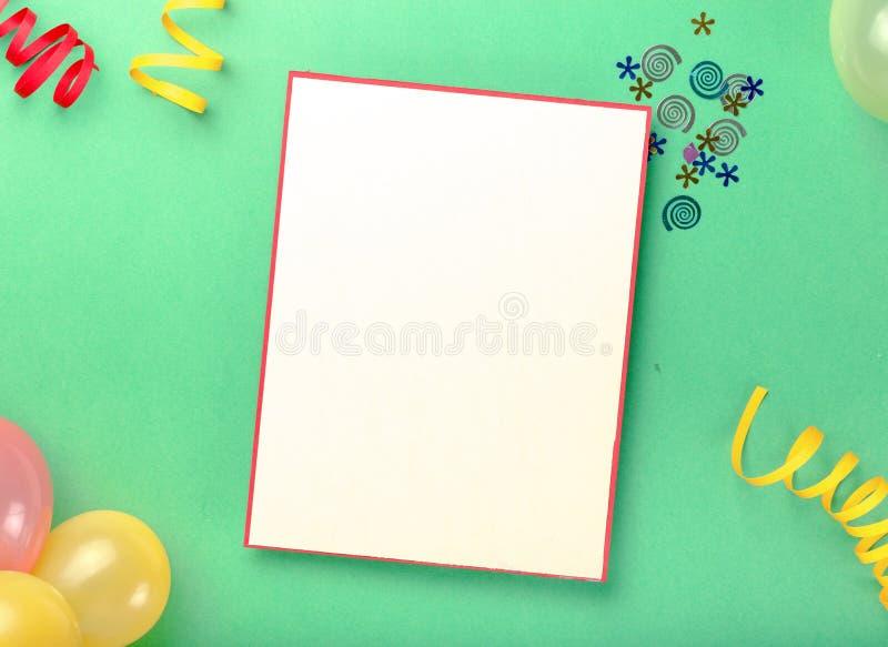Cartão vazio com confetes, balões e flâmulas do vário partido fotografia de stock