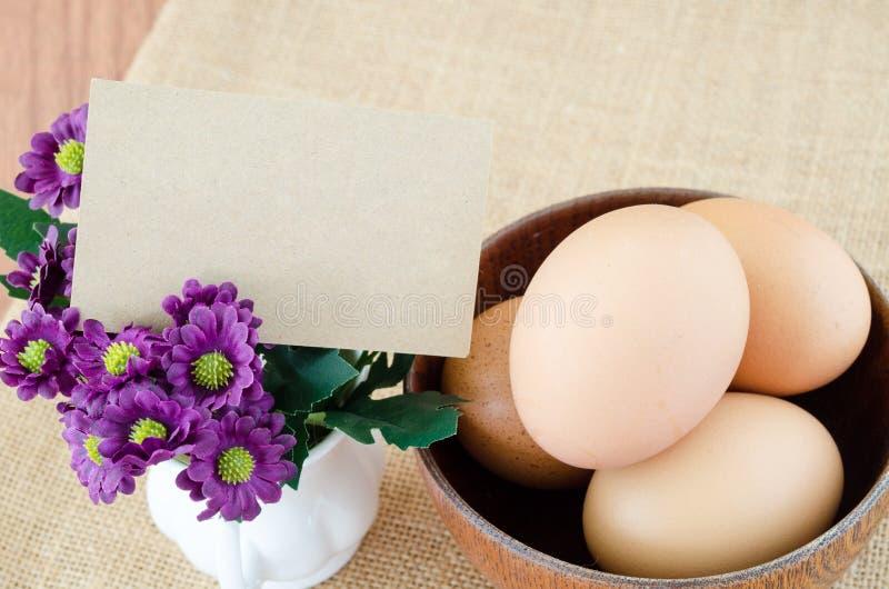 Cartão vazio e ovos foto de stock
