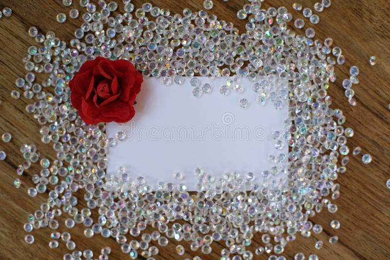 Cartão vazio no fundo de madeira da tabela Cumprimentos do dia de Valentim foto de stock