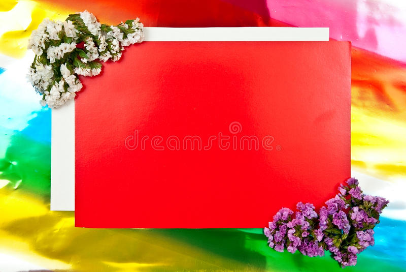 Cartão vermelho com flores fotografia de stock royalty free
