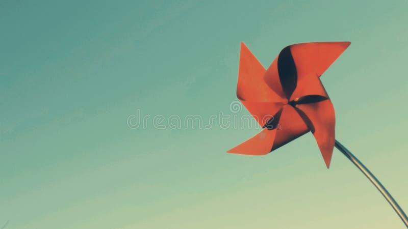 Cartão vermelho Sun dourado do moinho de vento fotografia de stock royalty free