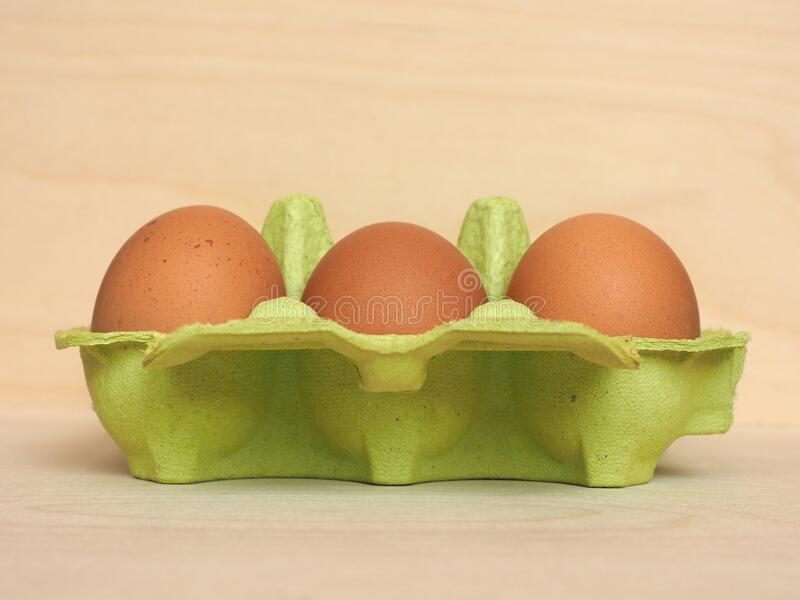 cartón de media docena de huevos fotos de archivo