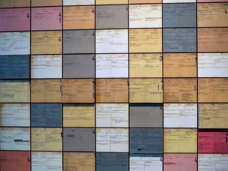 Cartões coloridos escritos em uma parede a respeito do período da segunda guerra mundial na topografia do terror a Berlim, Aleman fotos de stock royalty free