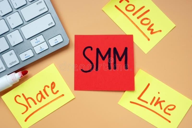 """Cartões com mercado social de meios do †de SMM """", para compartilhar, seguir e gostar na mesa imagem de stock royalty free"""