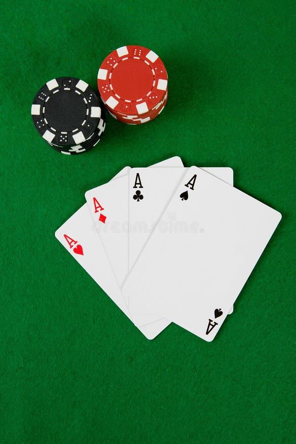 Cartões com microplaquetas de póquer foto de stock