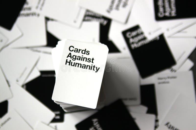 Cartões contra a opinião aérea da humanidade com os cartões dispersados no fundo foto de stock