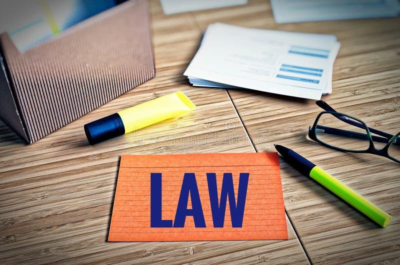 Cartões de índice com questões legais com vidros, pena e bambu com a lei da palavra imagem de stock