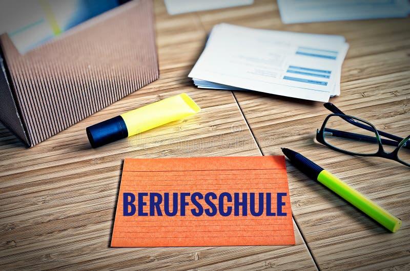Cartões de índice com questões legais com vidros, pena e bambu com a palavra alemão Berufsschule na escola profissional inglesa foto de stock royalty free