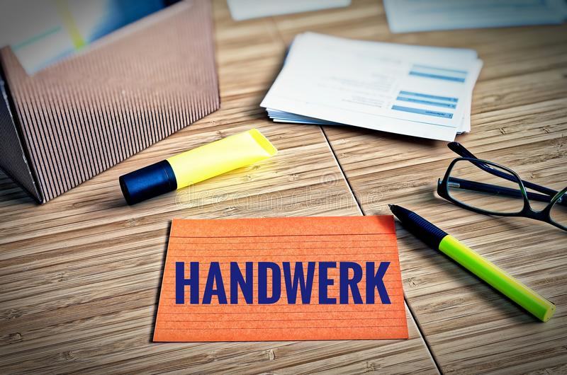 Cartões de índice com questões legais com vidros, pena e bambu com a palavra alemão Handwerk no ofício inglês foto de stock royalty free