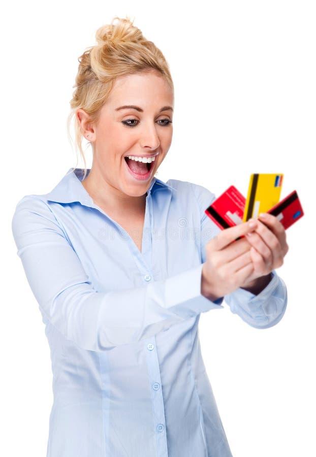 Cartões de crédito bonitos da terra arrendada da mulher fotografia de stock