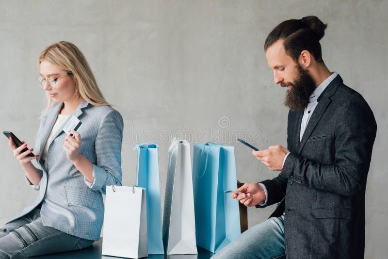 Cartões de crédito de compra em linha bancários móveis dos pares fotos de stock royalty free