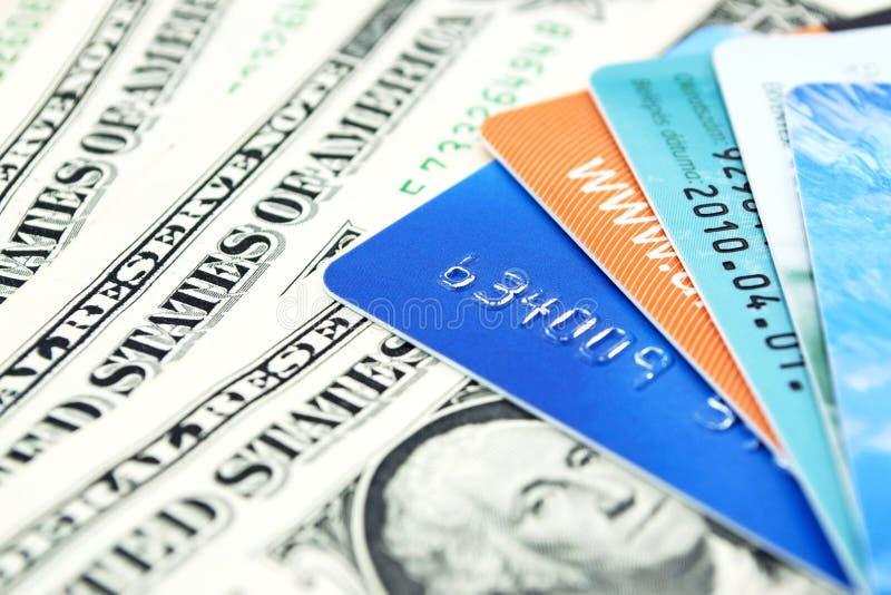 Cartões de crédito e contas de dólar imagens de stock