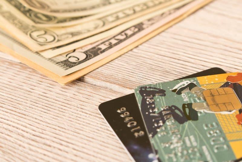 Cartões de crédito e dólares do dinheiro O conceito do financiamento Foco seletivo fotos de stock royalty free