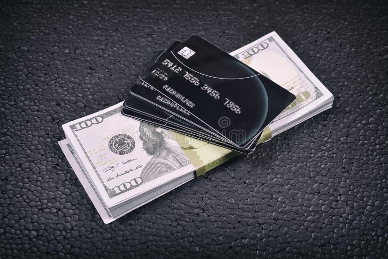 Cartões de crédito e um bloco dos dólares fotos de stock royalty free