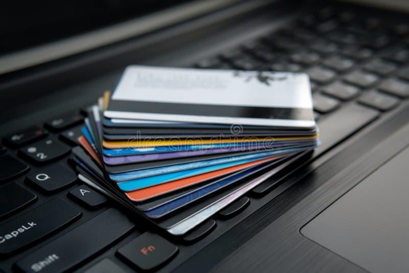 Cartões de crédito em um conceito do teclado do portátil para o comércio eletrônico imagem de stock royalty free