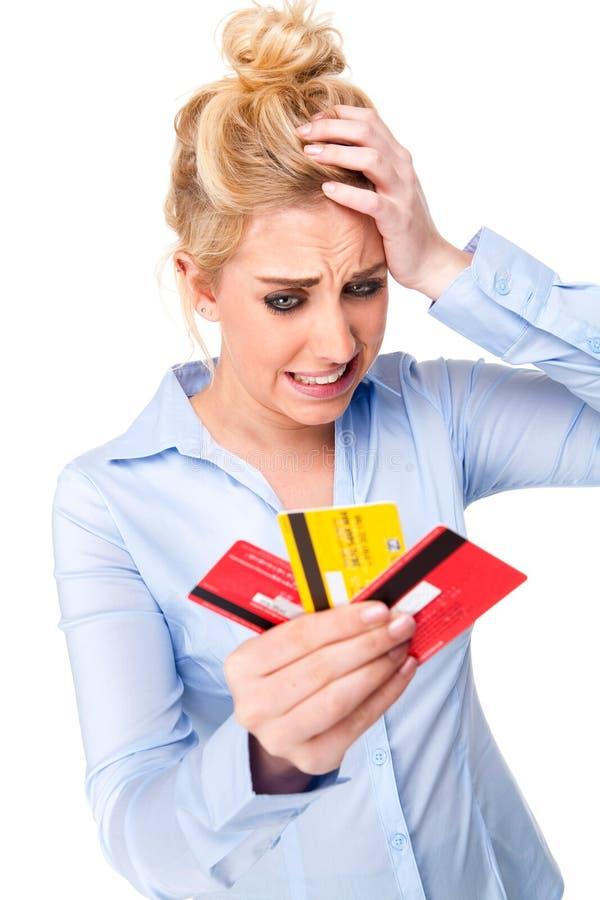 Cartões de crédito forçados da terra arrendada da mulher da trituração de crédito fotos de stock royalty free