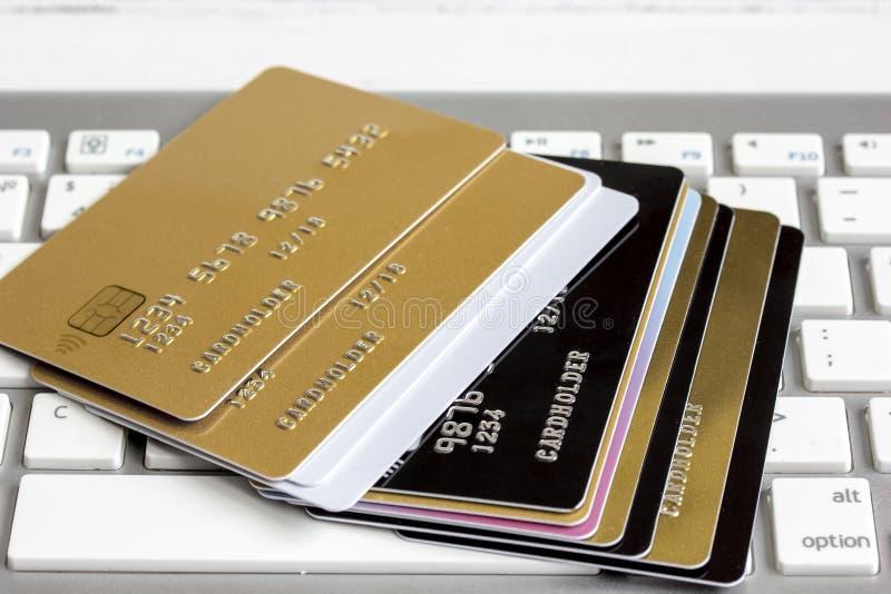 Cartões de crédito no fim do teclado acima imagens de stock