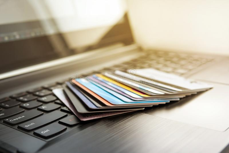 Cartões de crédito no teclado de computador fotografia de stock