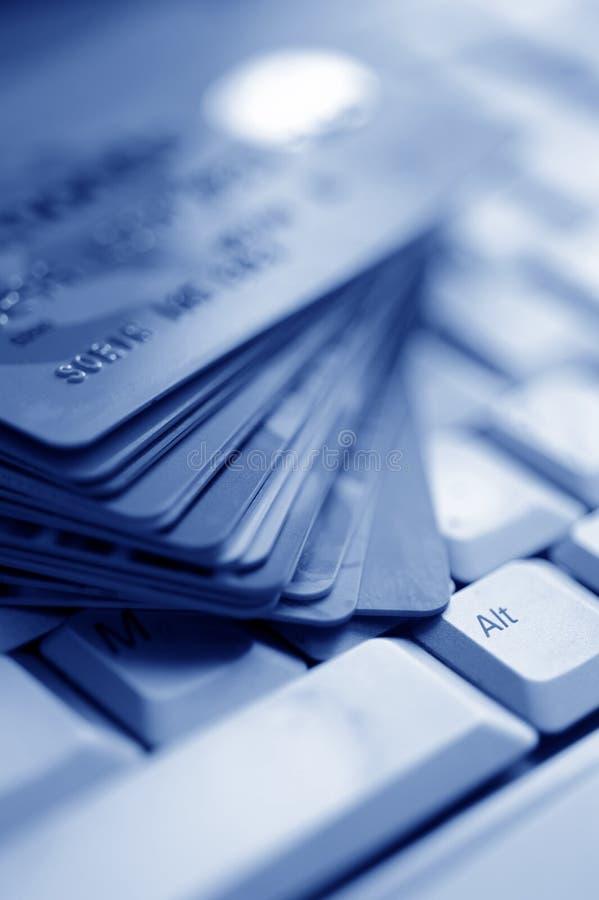 Cartões de crédito no teclado de computador fotos de stock
