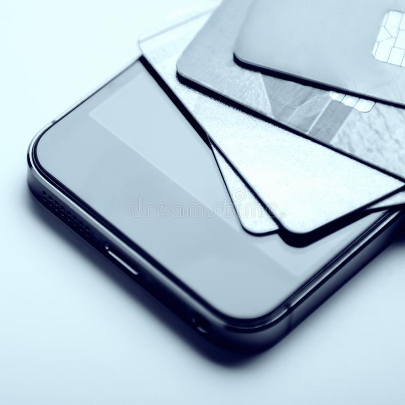 Cartões de crédito no telefone Pagamento em linha, comprando da casa Processamento criativo imagem de stock