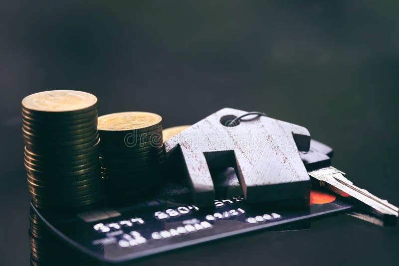 Cartões de crédito, porta-chaves Conceito para a escada, a hipoteca e os organismos de investimento imobiliário da propriedade fotografia de stock royalty free