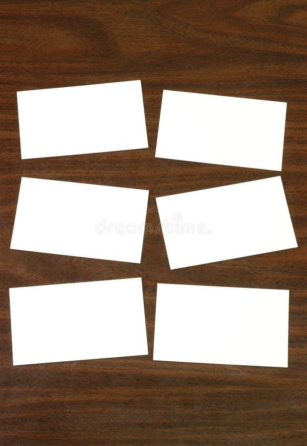 Cartões de deslocamento predeterminado em branco no desktop de madeira fotografia de stock royalty free