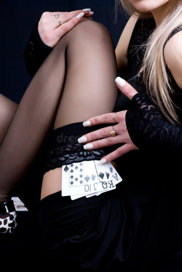 Cartões de jogo da terra arrendada da mulher foto de stock