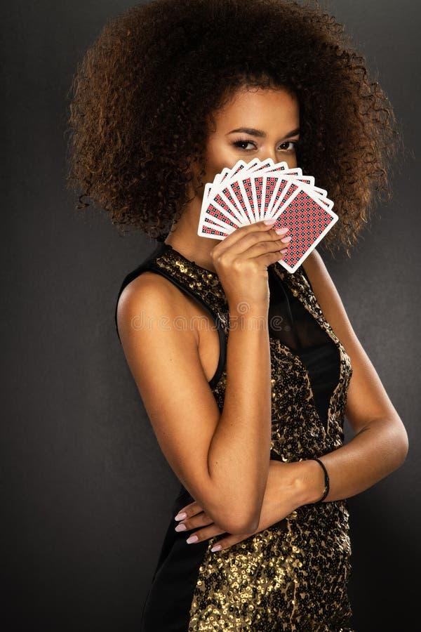 Cartões de jogo da terra arrendada da mulher do Afro imagens de stock royalty free