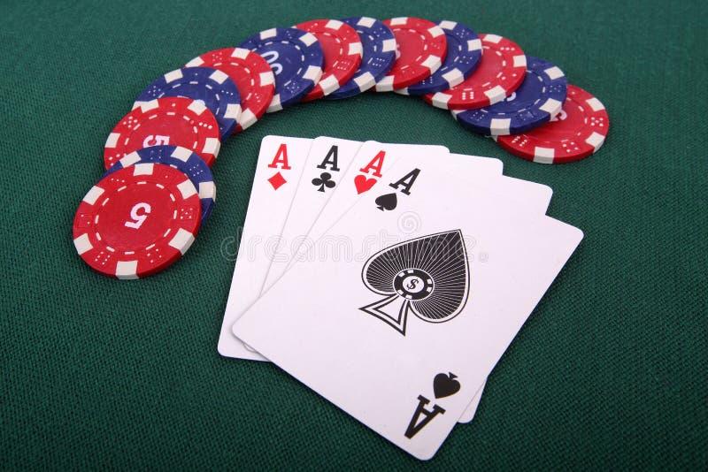 Cartões de jogo e microplaquetas de jogo foto de stock