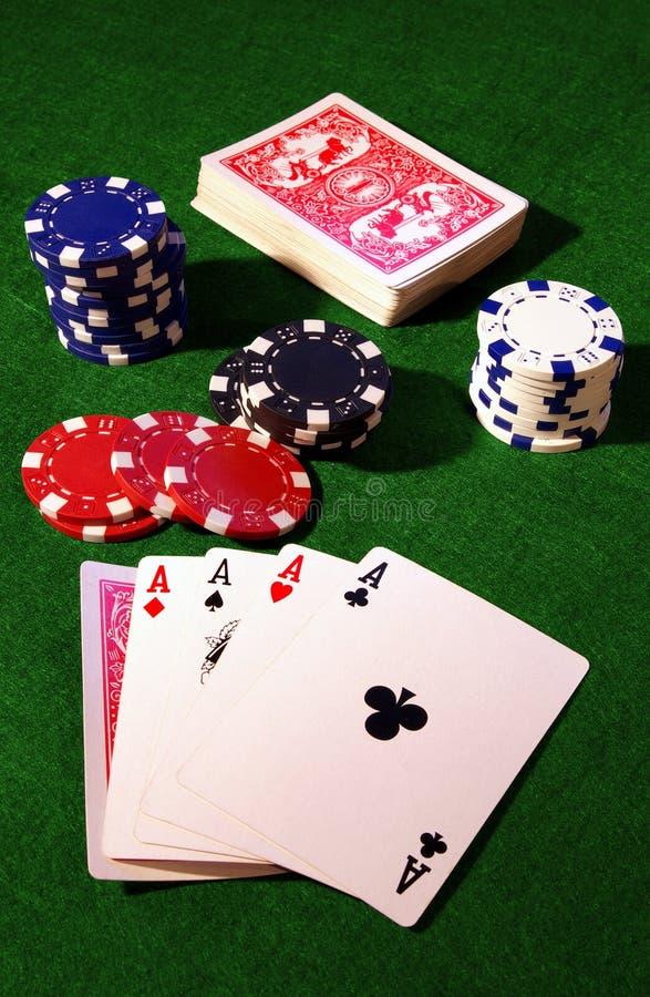Cartões de jogo e microplaquetas de póquer foto de stock royalty free