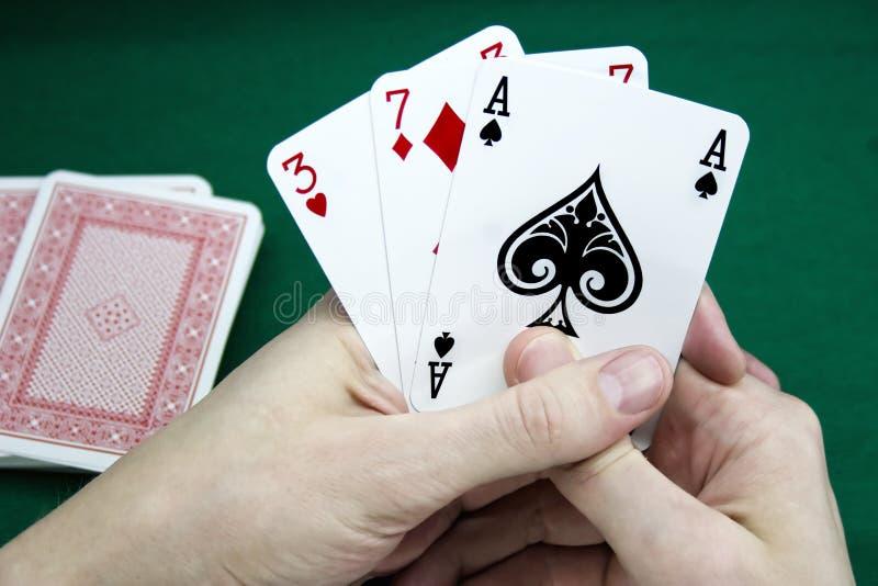 Cartões de jogo em uma mão foto de stock royalty free