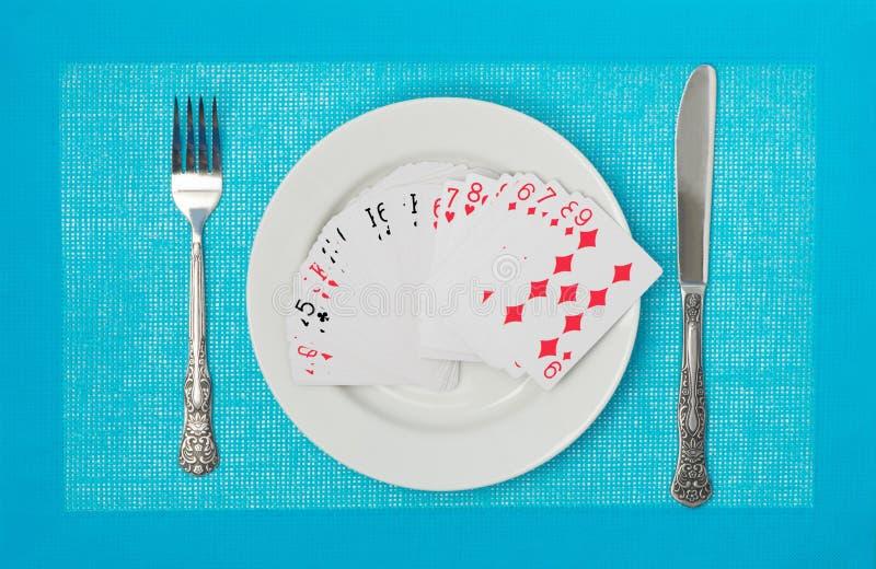 Cartões de jogo em uma placa imagens de stock royalty free