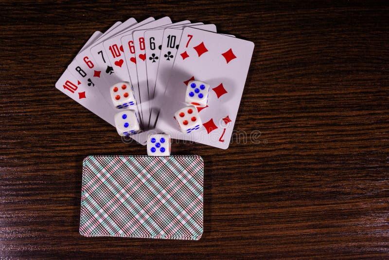 Cartões de jogo na tabela de madeira escura Vista superior imagens de stock