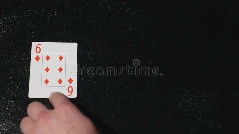 Cartões de jogo quatro seis close up em uma tabela de madeira Sumário e conceito fotos de stock royalty free