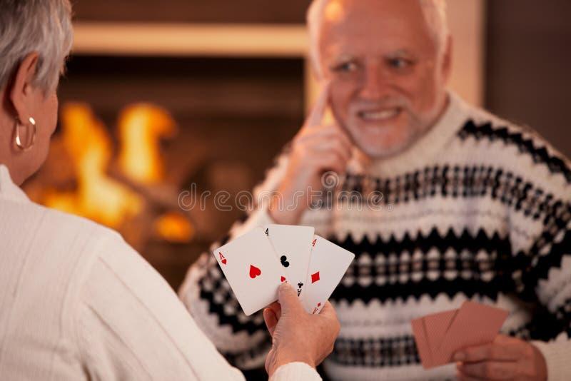 Cartões de jogo sênior dos pares fotos de stock