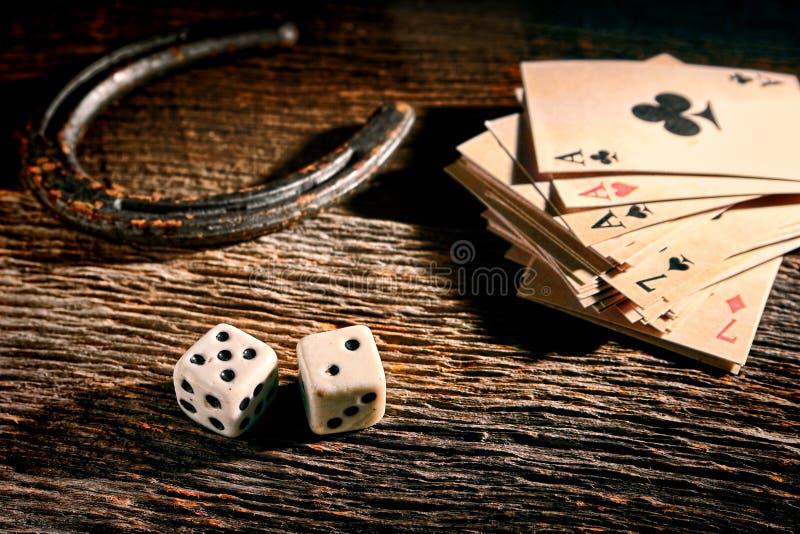 Cartões de Lucky Craps Dice e do pôquer pela ferradura velha fotografia de stock