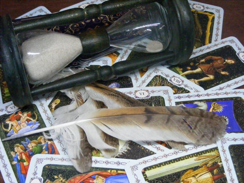 Cartões de tarô abertos com penas e ampulheta da coruja imagem de stock