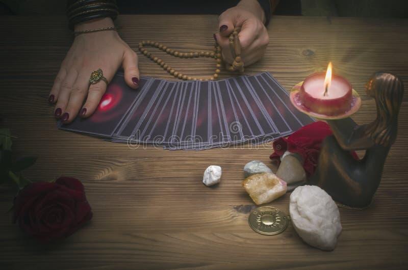 Cartões de tarô na tabela Caixeiro de fortuna que lê o futuro O psíquico foto de stock royalty free