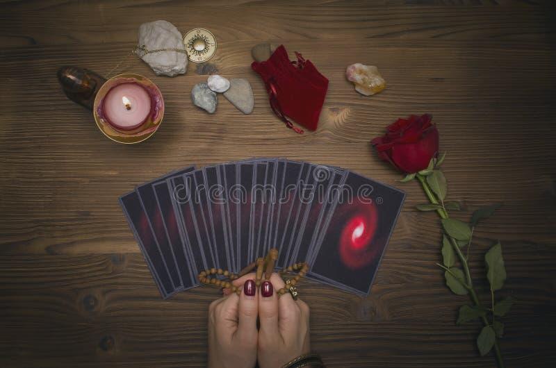 Cartões de tarô na tabela Caixeiro de fortuna que lê o futuro O psíquico imagens de stock royalty free