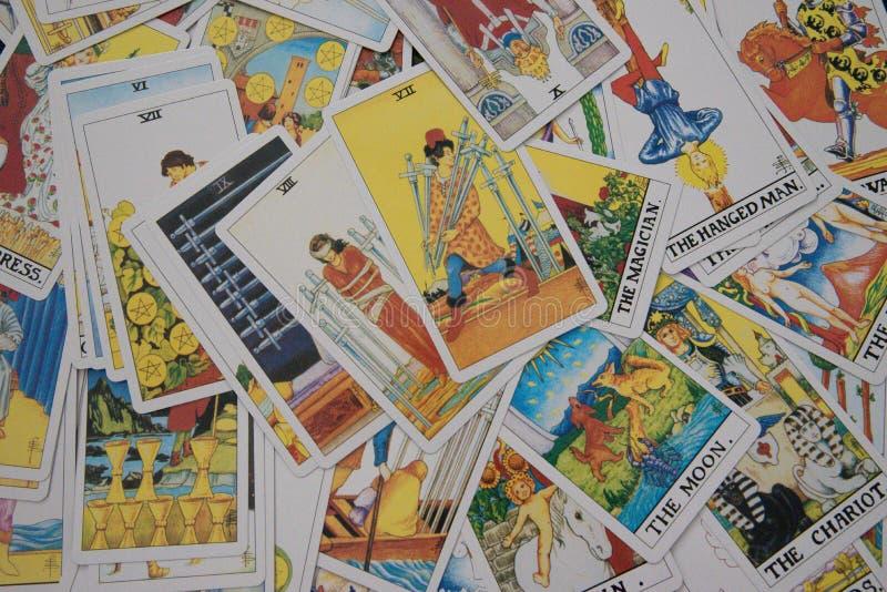 Cartões de tarô por todo o lado na imagem - horizontal foto de stock