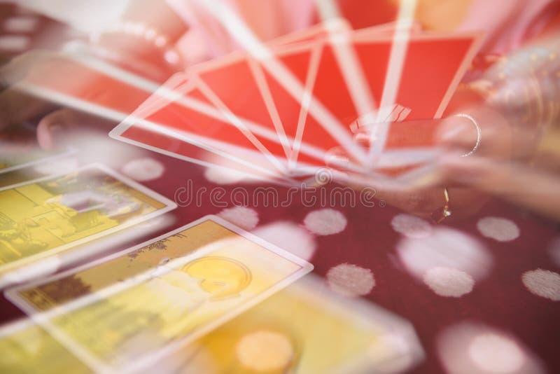 Cartões de tarô que leem a adivinhação - leituras psíquicos e conceito das mãos do caixa de fortuna da clarividência, com borrão  imagem de stock