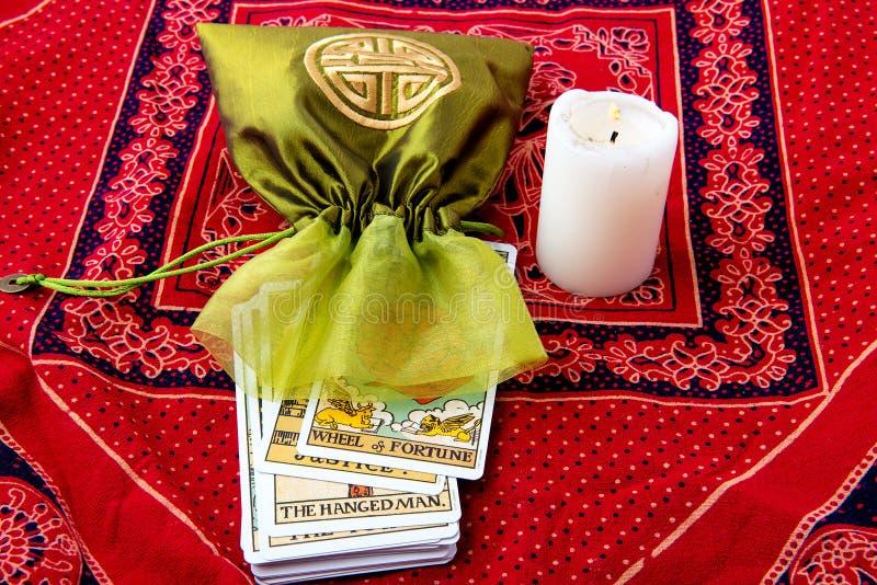 Cartões de tarô e vela ardente foto de stock royalty free