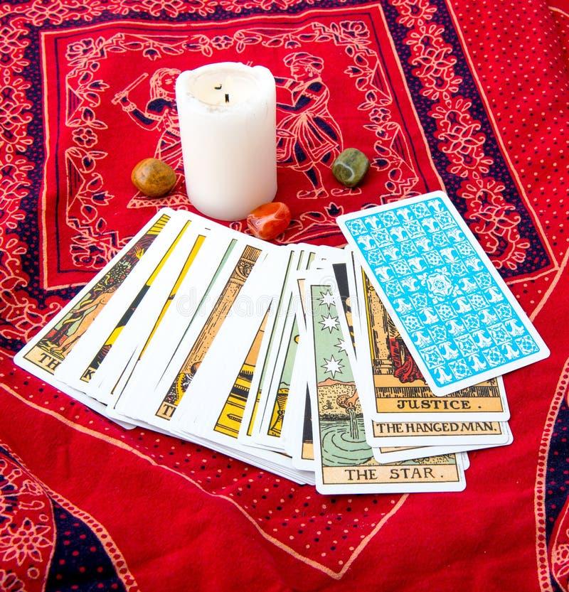Cartões de tarô e vela ardente fotos de stock